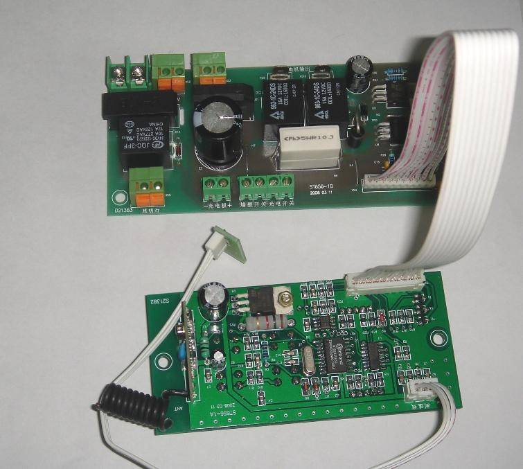 信息描述: 产品参数 1.电源电压: AC220V/DC24V 2.电机功率:115W~150W 3.运行速度:10~15M/Min 4.遥控方式:315MHz(或433MHz可选) 5.后备电源:铅蓄电池(DC24V) 控制说明 1.单、双开门选择通过遥控器按键操作,可选择实现单扇门或双扇门的程序运行。 2.控制器锁定遥控器配合控制器按键操作(同时按遥控器的锁和控制器的停1次,即可加锁;按遥控器的停即可解锁,按控制器的停键不能解锁),可以对控制进行锁定以防止盗开。 3.